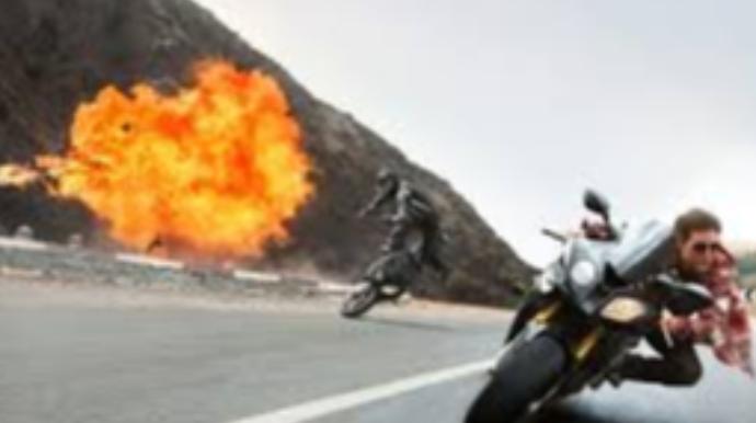 Məşhur ulduz çəkiliş zamanı qəzaya düşdü;  4 milyon manatlıq motosiklet yandı - FOTOlar