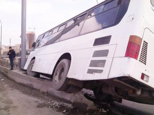 Bakıda avtobus qəza törədib, xəsarət alanlar var - SİYAHI
