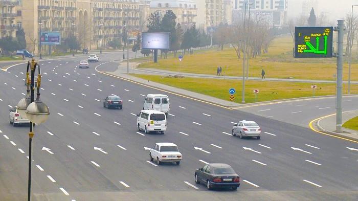 """Bakıda qatar relsini söküb avtomobillər üçün """"şüşə kimi"""" yol çəkdilər - FOTO"""