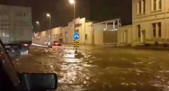 Yağış Bakıda nəqliyyatın hərəkətini iflic etdi - VİDEO