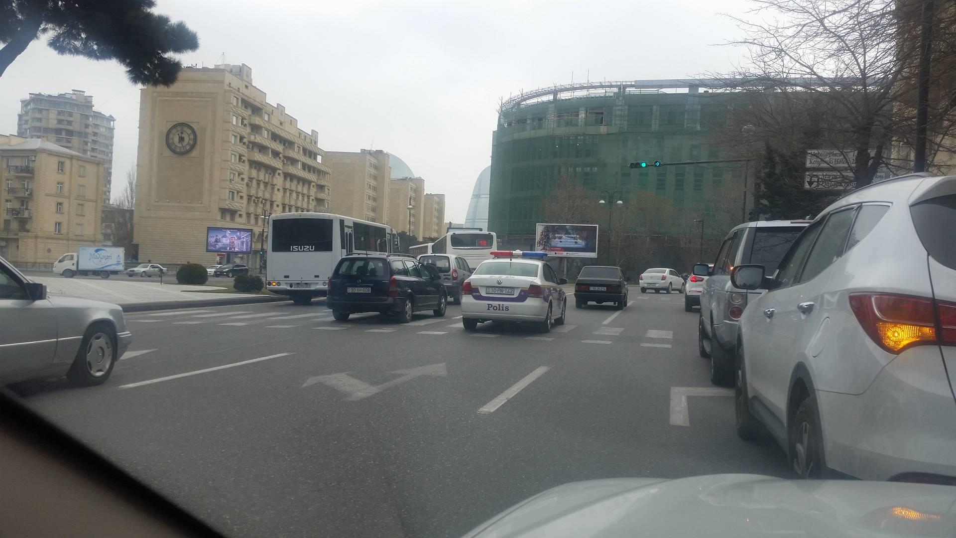 Yol polisi və «Azəravtoyol»un nəzərinə - İkisi bir yerdə düz gəlmir - VİDEO