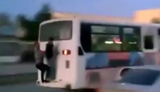Sumqayıtda uşaqlar avtobusla ölümə gedir – ŞOK VİDEO