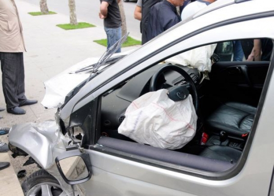 İki avtomobil toqquşdu: sürücü xilas edilib - Bakıda
