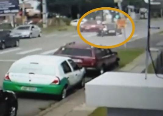 Dəhşətli görüntülər: Diqqətsiz motosikletçinin sonu - VİDEO